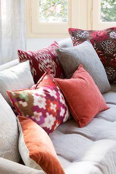 00464798 O. cojines de colores en sillón gris claro 00464798 O Cushions On Sofa, Throw Pillows, Living Room Interior, Interior Livingroom, Decoration, Playroom, Sweet Home, Cool Stuff, Ideas