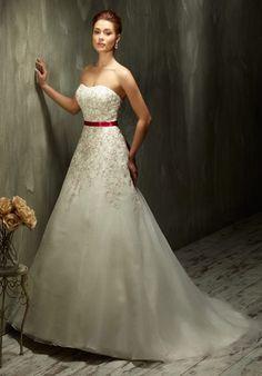 Romantisch verspieltes A-Linien Brautkleid aus Organza in Elfenbein und Bordeaux - von Lisa Donetti
