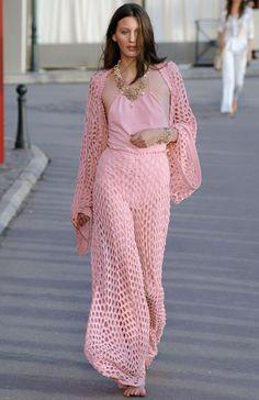 Karl Lagerfeld ha presentado en Saint-Tropez la colección crucero 2011 de Chanel. Las modelos han desfilado en el puerto de la localidad fr...