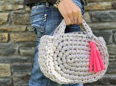 Capazo Midi de trapillo | SANTA PAZIENZIA Love Crochet, Learn To Crochet, Diy Crochet, Hand Crochet, Diy Handbag, Crochet Purses, Crochet Bags, Knitted Bags, Diy Accessories