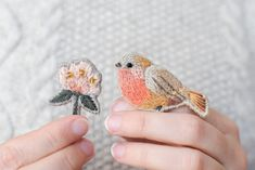 MES BROCHES BRODÉES – MODÈLE DE BRODERIE Punch Needle, Crochet Yarn, Elsa, Coin Purse, Embroidery, Handmade, Diy, Hoop, Birds