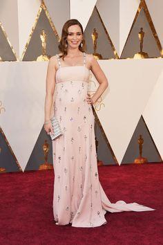 Gala de los Oscars 2016: Vimos a una embarazada y elegante Emily Blunt vestida de Prada en rosa palo y apliques metálicos