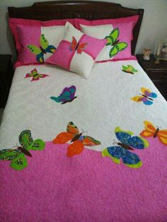 No pattern but this is a lovely appliqued quilt Sewing Crafts, Sewing Projects, Bed Cover Design, Designer Bed Sheets, Floral Bedspread, Butterfly Quilt, Applique Tutorial, Patchwork Baby, Quilting