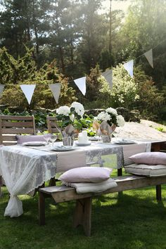 I like the lace tablecloth tied on the ends for an outdoor party table. Perfect for graduation parties, outdoor weddings, or summer brunches. Outdoor Parties, Outdoor Entertaining, Garden Parties, Outdoor Dining, Outdoor Decor, Festa Party, Al Fresco Dining, Deco Table, Decoration Table