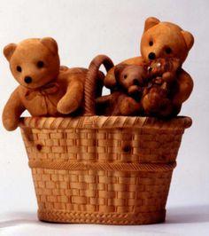 Avec un raffinement extrême, ce sculpteur parvient à tailler dans le bois toutes sortes de choses comme ces ours en peluche. Livio De Marchi,