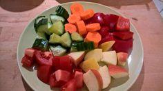 Gurke, Möhre, rote Paprika, Apfel und Tomate.