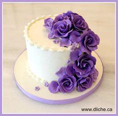 Des fleurs mauves sur un simple gâteau glacé! Purple flowers on a simple iced cake!