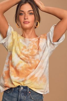 This season calls for Cute and Cozy Lounge Wear Outfits as we Lounge Pants Yoga Pants Tie Dye Tops and Hoodies are perfect for relaxing. Graphic Tees are the ticket when on a Video Call and a Casual Dress is so fun for a Zoom Happy Hour. Camisa Tie Dye, How To Tie Dye, How To Wear, Ty Dye, Tie Dye Tops, Loungewear Outfits, Tie Dye Fashion, Emo Fashion, Orange Tie