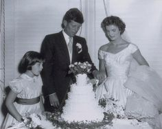Take a look back at the iconic Newport, Rhode Island wedding of John F. Kennedy and then bride-to-be Jackie Bouvier with never-before-seen photos taken by photographer Arthur Burges more than 60 years ago. Jacqueline Kennedy Onassis, Jackie Kennedy Wedding, Estilo Jackie Kennedy, Jfk And Jackie Kennedy, Les Kennedy, Jaqueline Kennedy, Robert Kennedy, Familia Kennedy, Celebrity Weddings