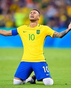 Neymar celebra a cobrança que garantiu a vitória contra a Alemanha e o ouro olímpico.