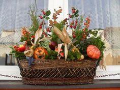 Podzimní okno, Aranžovanie Flower Decorations, Wicker Baskets, Fall Decor, Picnic, Wreaths, Seasons, Halloween, Flowers, Home Decor