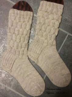 Jotain valmista tänäkin vuonna. Tosin nämä sukat olen alottanut jo viimevuoden joulukuussa. Tässä on ollut niin innostusta kävelemiseen ja... Crochet Socks, Knitting Socks, Knit Crochet, Slipper Socks, Slippers, Diy Projects To Try, Leg Warmers, Mittens, Crafts