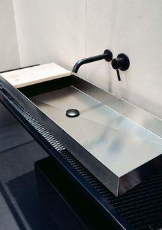 Un lavabo en inox - 14 meubles de salle de bains