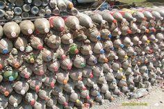Elambiente.ron: Casa hecha con botellas de plástico y de vidrio