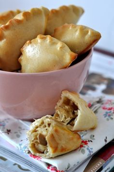 pies with cabbage and mushrooms Russian Desserts, Russian Recipes, How To Cook Greens, Good Food, Yummy Food, Polish Recipes, Polish Food, Brunch, Mini Pies