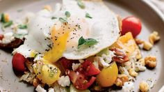 Put a breakfast spin on your traditional Greek salad by layering rice with savory flavors and topping it off with an egg. Put a breakfast spin on your traditional Greek salad by layering rice with savory flavors and topping it off with an egg. Healthy Summer Recipes, Healthy Eating Recipes, Nutritious Meals, Healthy Dinner Recipes, Whole Food Recipes, Healthy Snacks, Fall Recipes, Healthy Eats, Mediterranean Diet Breakfast