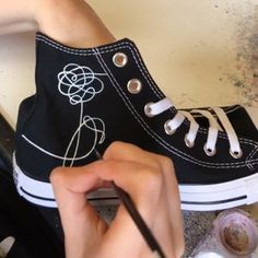 Time lapse video of the BTS Love Yourself Flower emblem being hand painted onto a black pair of high top converse trainers converse bts btsarmy loveyourself custom handpainted shoes trainers sneakers mapofthesoulpersona bangtan bangtanboys timelapse Converse Trainers, Converse High, Converse Chuck Taylor High, Converse Shoes Outfit, Black Converse, Vans Shoes, Mode Kpop, Kpop Diy, Bts Love Yourself