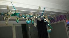 Eigen gemaakte tak met kerstversiering