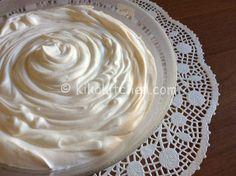 La crema al latte è una golosa crema senza uova, con o senza panna risulta delicata e adatta per farcire pan di spagna torte, rotoli e bignè