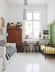 Hugo osaa pitää huoneensa siistinä. Sänky, valaisimet ja vuodesohva ovat Ikeasta. Artekin pöydän äärellä on kaksi Ikean Agam-tuolia. Irina löysi komean kaapin Huuto.netistä Vihreä tapetti on Cole & Sonin.