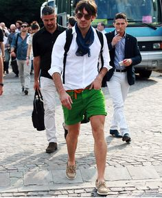 For a look that's classic and casual and GQ-worthy, reach for a white dress shirt and green shorts. You could perhaps get a bit experimental with shoes and dial down your ensemble by rocking a pair of beige suede boat shoes. Stylish Men, Men Casual, Look Fashion, Mens Fashion, Fashion Shorts, Street Fashion, Girl Fashion, Green Shorts, Green Pants