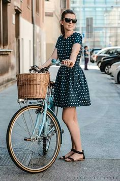 51 Ideas fashion classy vintage polka dots for 2019 Cycle Chic, Mode Outfits, Fashion Outfits, Dots Fashion, Fashion Black, Fashion Photo, Vestido Dot, Look Retro, Retro Style