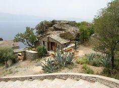"""Le café """"A Sassa"""" près de la tour paolienne de Nonza (Cap Corse), en haut de la falaise fait typiquement western avec ses cactus, son mobilier en bois et son bâtiment rustique. Cependant, un détail cloche... La mer méditerranée :-) Un très joli paysage et une vue imprenable : c'est vraiment magnifique la Corse !"""