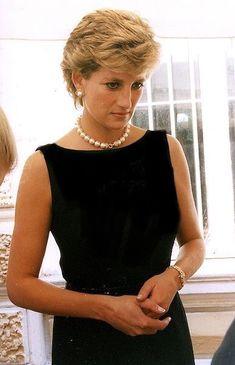 Princess Diana and large pearl choker. Princess Diana Fashion, Princess Diana Family, Royal Princess, Princess Of Wales, Princess Diana Jewelry, Princess Diana Hair, Princess Diana Wedding, Lady Diana Spencer, Royal Fashion