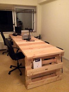 If you choose to build yourself a pallet desk, first thoroughly wash the pallet and remove any paint if there's any. A pallet desk is a genius idea if you'd like to save a little money on furniture for your… Continue Reading → Pallet Desk, Pallet Shelves, Wood Desk, Wood Table, Pallet Storage, Pallet Benches, Pallet Cabinet, Pallet Couch, Pallet Tables