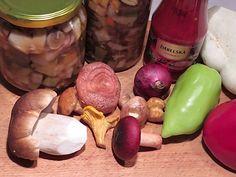 Tuto houbovou čalamádu podáváme jako přílohu kmasitým pokrmům, skvělá je i pod maso. Směs doplněná opečeným mletým masem je vynikající na toasty či topinky. Stuffed Mushrooms, Toast, Fruit, Vegetables, Food, Fine Dining, Veggies, Essen, Vegetable Recipes