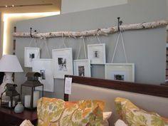 een grote tak uit het bos halen en ophangen en leuke lijstjes er aan ophangen leuk