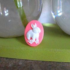 * collection pâques * bague ornée d'un camé lapin blanc sur fond rose