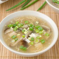 Esta rica sopa china esta hecha con un caldo de pollo, huevo, tofu, champiñones y salsa soya. Es muy rica y tiene un toque de picante.