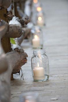 Ilumina el pasillo hacia el altar con velas dentro de unos Mason Jars ... el toque romántico perfecto.