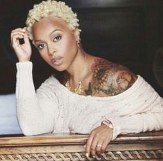 Chrisette Michele Goes Platinum Blonde With New Hair Color. Singer Chrisette Michele switched up her natural once again by dying it a very bold color for fall, Platinum Blonde! Chrisette Michele, Blonde Twa, Short Blonde, Curly Hair Styles, Natural Hair Styles, Natural Curls, Natural Beauty, Jagua Henna, Art Visage