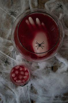 Gruselige blutrote Halloween Bowle mit schwimmender Hand von Sweets and Lifestyle