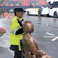 비 오는 날 '위안부 소녀상'에 우산 씌어준 경찰.jpg | 인스티즈