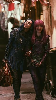 Evie and Mal Descendants Pictures, Descendants Characters, Disney Descendants 2, Disney Channel Movies, Disney Channel Descendants, Stefan Raab, Sophia Carson, Mal And Evie, Decendants
