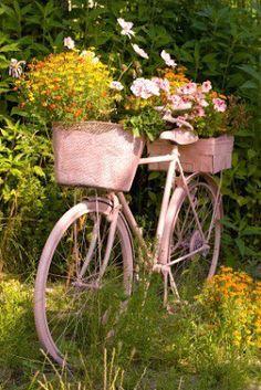 Decorar el jardín con bicicletas http://icono-interiorismo.blogspot.com.es/2015/08/decorar-el-jardin-con-bicicletas.html