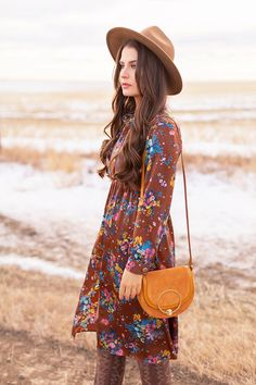 My first TREND GUIDE of Spring 2019 is a free-spirited, transitional take on faux fur, florals, western boots, flat-brimmed hats and Pantone colour trends. Bohemian Look, Bohemian Winter Style, Spring Summer Fashion, Winter Fashion, Style Ideas, Style Inspiration, Girl Standing, Spring Weather, Fashion Sites