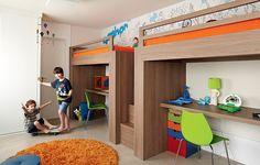 Uma parede foi derrubada para unificar dois cômodos, dando origem ao quarto de Vinícius, 8 anos, e Frederico, 4. Há área de sobra para marcenaria que integra camas e bancadas de estudo. Projeto do escritório Lovisaro Arquitetura e Design