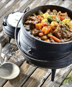 The perfect meal for a festive, outdoor family gathering – this beef & mushroom potjie is packed full of rich, meaty taste! Braai Recipes, Wine Recipes, Slow Cooker Recipes, Beef Recipes, Cooking Recipes, Recipies, South African Dishes, South African Recipes, My Favorite Food
