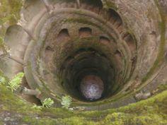 """""""O Poço Iniciático"""" é um dos pontos mais intrigantes deste local. Uma galeria subterrânea com uma escadaria em espiral, sustentada por colunas esculpidas. A escadaria tem nove patamares, separados por lanços de 15 degraus cada.  Chama-se poço iniciático porque se acredita que era usado em rituais de iniciação à maçonaria. Simboliza a relação entre a terra e o útero materno como origem da vida, mas também como seu final, a sepultura."""