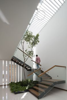 15 The Most Popular Modern Staircase Design Ideas for Your Dream Home allho Staircase Ideas allho Design Dream Home Ideas Modern Popular Staircase Home Stairs Design, Interior Stairs, Modern House Design, Stairs Architecture, Interior Architecture, Courtyard Design, Modern Stairs, Interior Garden, House Stairs