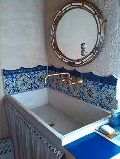 Baño con azulejos antiguos y pilón