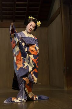 Maiko Tomitae dancing at the Yasaka Shrine. °