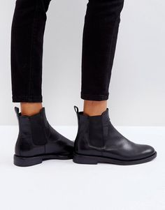 Buy Vagabond amina black leather chelsea boots at ASOS. With free delivery and return options (Ts&Cs apply), online shopping has never been so easy. Get the latest trends with ASOS now. Chelsea Boots Outfit, Black Leather Chelsea Boots, Oxford Shoes Outfit, Black Boots, Womens Chelsea Boots, Boots Talon, Galaxy Converse, Outfit Invierno, Outfits