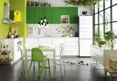 Love plants and green in a kitchen. FRESH. Ikea Metod kitchen.