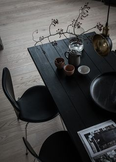 Beautiful black wooden plank dining table and black dining chairs Dining Room Design, Interior Design Kitchen, Modern Interior, Monochrome Interior, Brown Interior, Farmhouse Interior, Farmhouse Table, Skandinavisch Modern, Black Dining Chairs