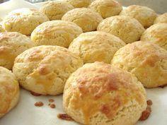 Broa Caxambu Broa Caxambu  Ingredientes: 250g de fubá 250g de farinha de trigo 1 xíc. de chá de açúcar 3 ovos 125g de manteiga ou margarina 1/2 colher de sopa de fermento em pó (Pó Royal!) 1 pitada de sal 1/2 xíc. de chá de queijo minas ou mussarela ralado grosso 1 gema para pincelar